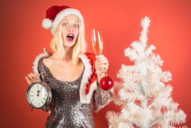 Euforie. leuke jonge vrouw met kerstmuts. grappig meisje in kerstman kostuum. portret van een jongelui