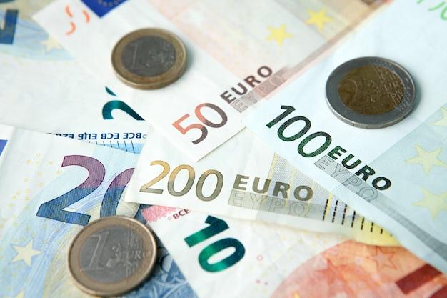 Euro bankbiljetten en munten achtergrond