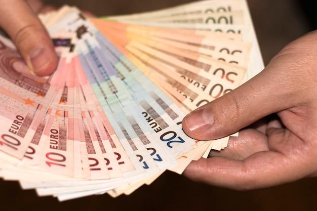 Euro bankbiljetten houden