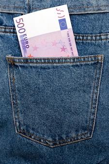 Euro-bankbiljetten in jeans achterzak.