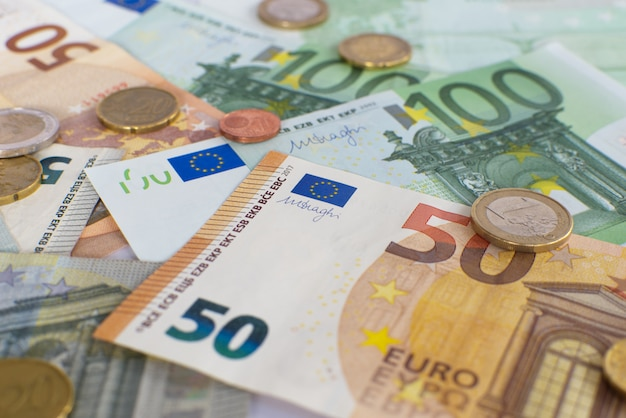 Euro contant geld bankbiljetten en munten achtergrond