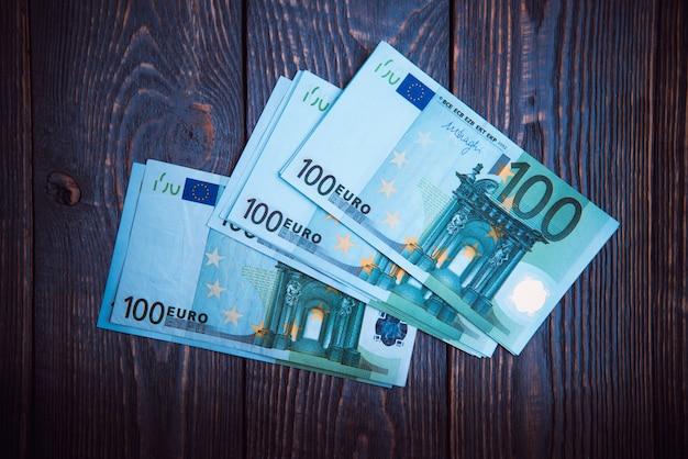 Euro contant geld bankbiljetten op een donkere houten achtergrond.