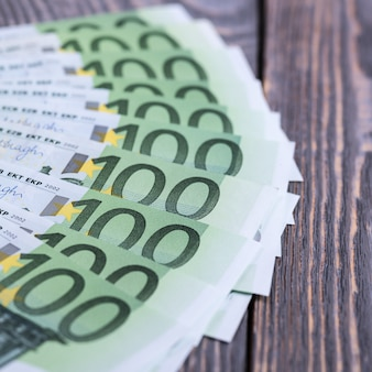 Euro contant geld bankbiljetten op een donkere houten oppervlak.