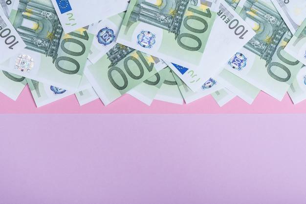 Euro contant geld op een lila achtergrond