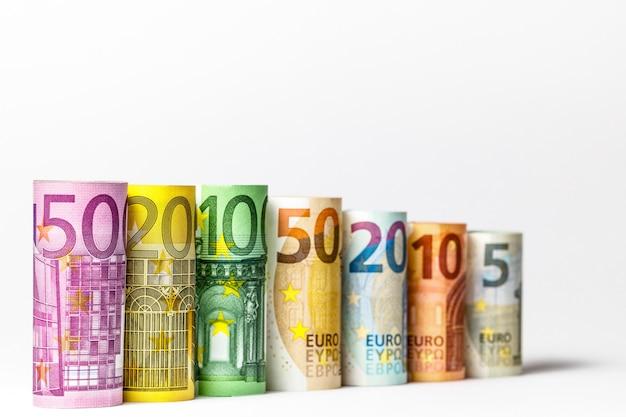 Euro geld achtergrond. enkele honderden rollen eurobankbiljetten in verschillende posities.