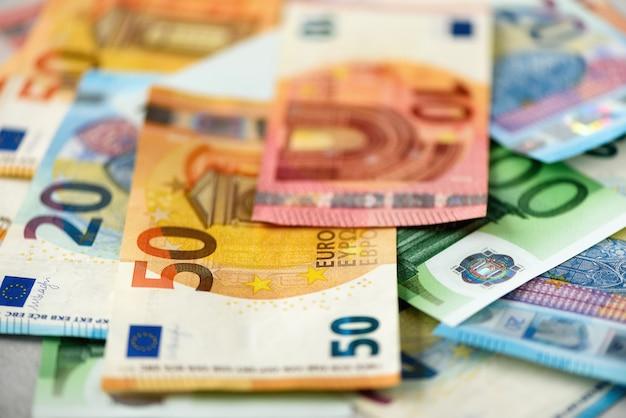 Euro geld bankbiljetten. betaling en contant geld concept. aangekondigde opzegging van bankbiljetten van vijfhonderd euro.