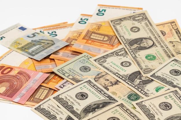 Euro's en dollars gemengd op witte achtergrond