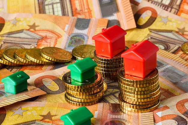 Eurobankbiljetten en -munten met rode en groene huizen