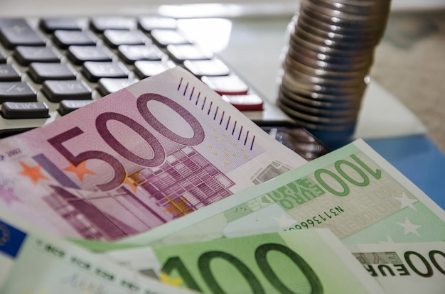 Eurobankbiljetten munten en rekenmachine close-up