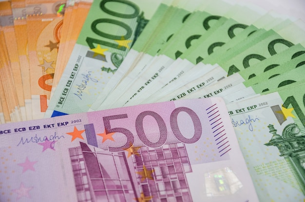 Eurobiljetten op tafel