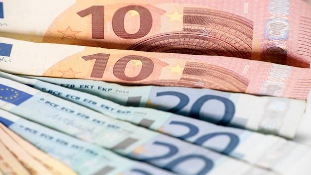 Eurobiljetten van verschillende waarden. euro biljet van tien en twintig. contant geld bankbiljetten geld achtergrond. goede verdiensten. uitreiking van het salaris. kredietpercentage