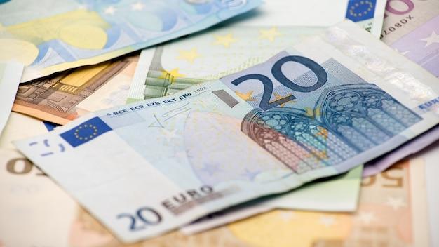 Eurobiljetten van verschillende waarden. euro rekening van twintig over andere rekeningen. contant geld bankbiljetten geld achtergrond. goede verdiensten. uitreiking van het salaris. kredietpercentage
