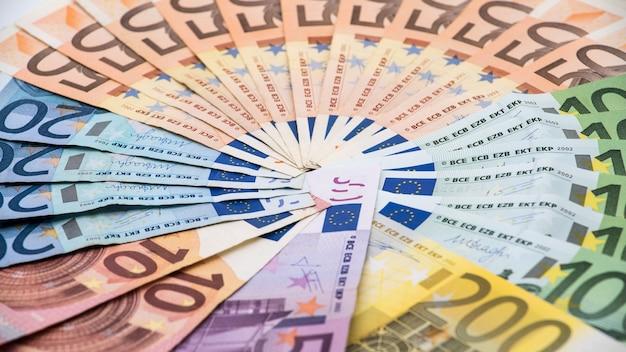 Eurobiljetten van verschillende waarden. eurobiljet van twintig, vijftig, één, twee, vijfhonderd. contant geld bankbiljetten geld achtergrond. goede verdiensten. uitreiking van het salaris. kredietpercentage Premium Foto