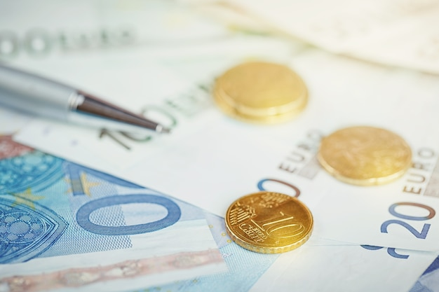 Eurogeld: close-up van bankbiljetten en munten. financieel concept