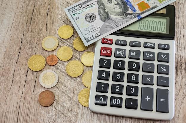 Euromunten met dollars en rekenmachine