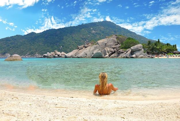 Europa dame toerist geconfronteerd met een prachtig uitzichtpunt in nangyuan island.