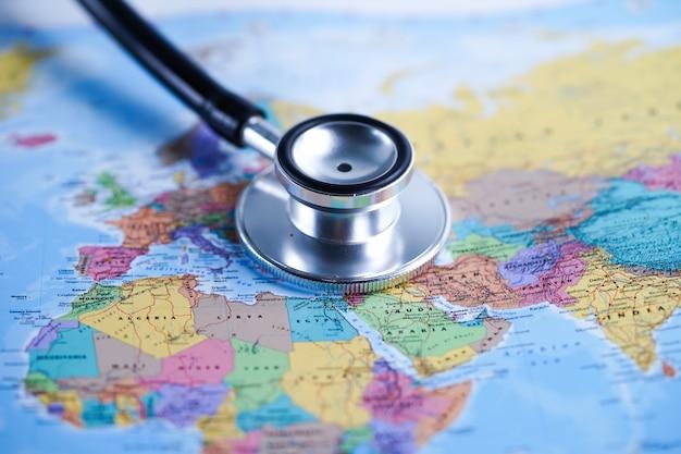 Europa: stethoscoop met wereldkaart