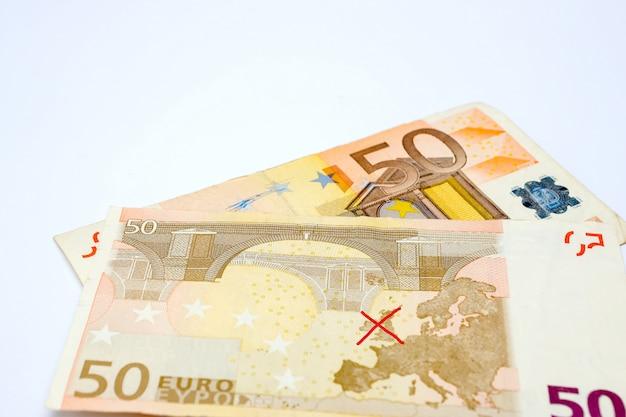 Europees bankbiljet met een rood kruis op de kaart van de europese unie zonder groot-brittannië