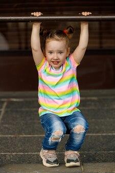Europees meisje met vlechten. aan handen hangen