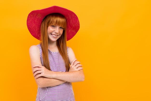 Europees roodharig meisje in een zomer rode hoed