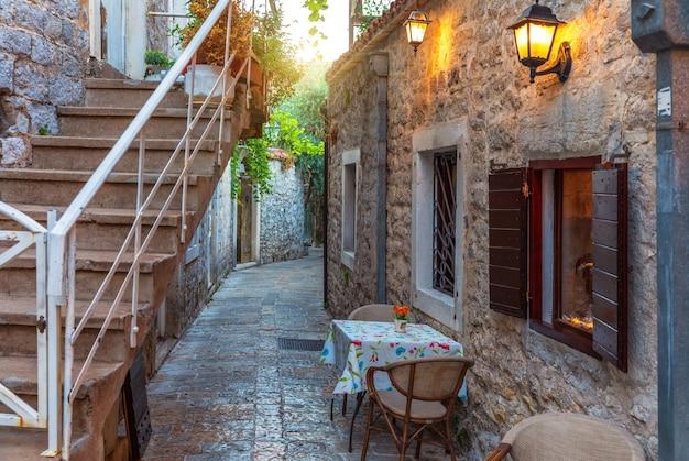 Europees straatcafé, de oude binnenstad van budva, montenegro.