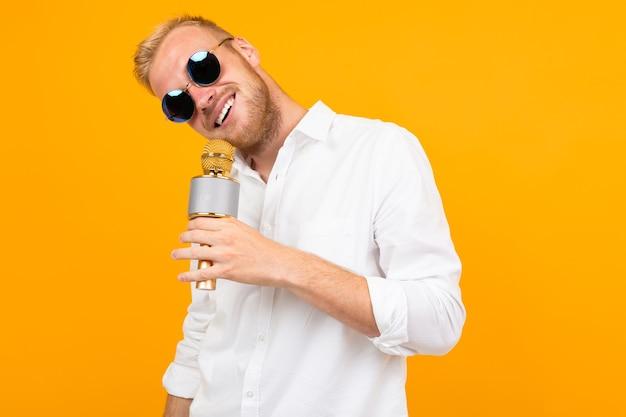 Europese man in een wit klassiek overhemd met een microfoon
