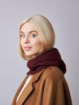 Europese moslimvrouw met blond haar in een motorkap, gekleed op haar hoofd. mooi meisje met zachte huid, natuurlijke cosmetica