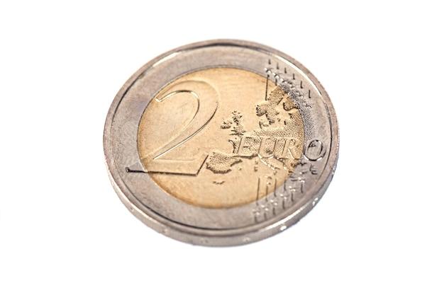 Europese munt van twee euro, op een wit