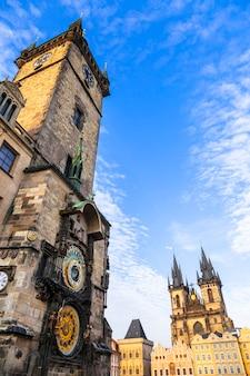Europese oriëntatiepunten - beroemde astronomische klokken en de kathedraal van tyn in praag