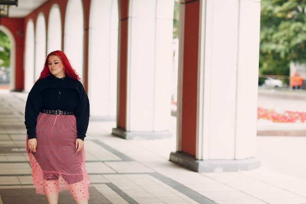 Europese plus size vrouw. jong rood roze haired lichaam positief meisje