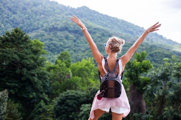 Europese stijlvolle vrouw blogger toerist staat op de top van de berg met een prachtig tropisch uitzicht op het eiland koh samui thailand mode buiten portret van vrouw