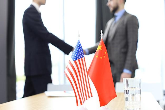 Europese unie en amerikaanse leiders schudden handen over een dealovereenkomst