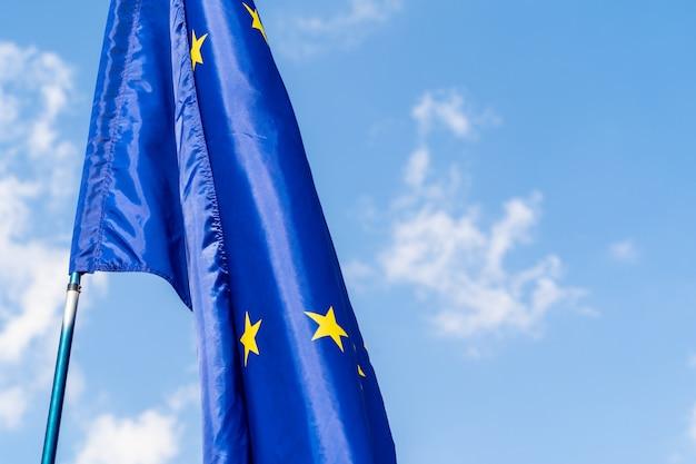 Europese unie vlag tegen blauwe hemel zwaaien