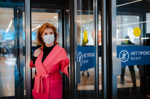 Europese vrouw draagt een chirurgisch beschermend gezichtsmasker tegen infectieziekten dat beschermt tegen verkoudheid en griep.