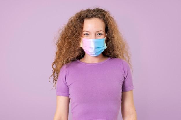 Europese vrouw met gezichtsmasker in het nieuwe normaal