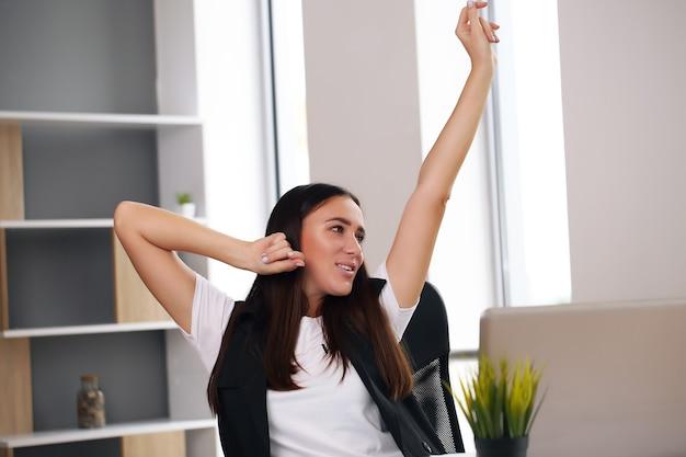 Europese werknemer van een zakenvrouw voelt zich een winnaar om de overwinning op internet te vieren