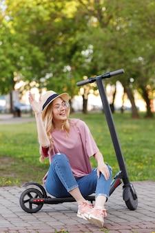 Europese zomer met e-scooter voor een wandeling welkom
