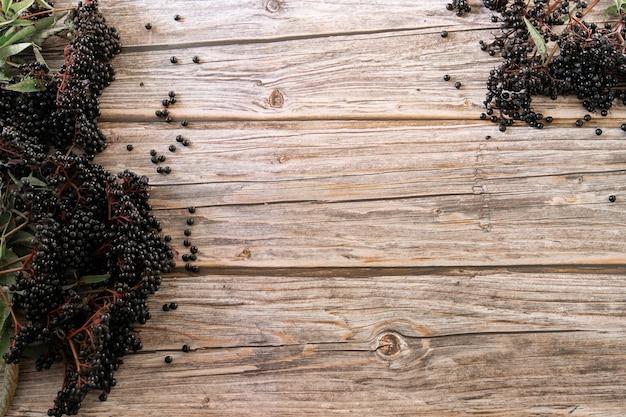 Europese zwarte vlierbessen op een houten oppervlak
