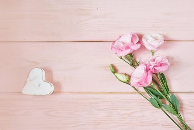 Eustoma bloemen op roze
