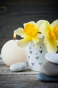Evenwicht tussen kiezelstenen en gele bloemen