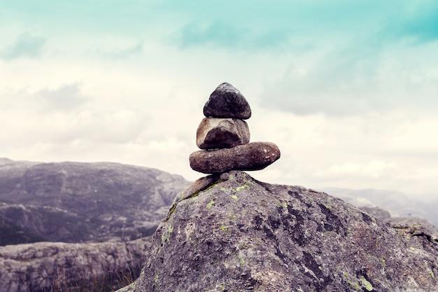 Evenwicht van stenen in bergen met blauwe hemel