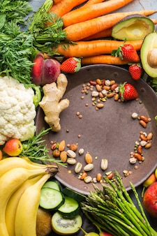 Evenwichtig voedingsconcept voor schoon etend alkalisch dieet. assortiment van gezonde voedselingrediënten voor het koken op een keukentafel. bovenaanzicht plat lag achtergrond