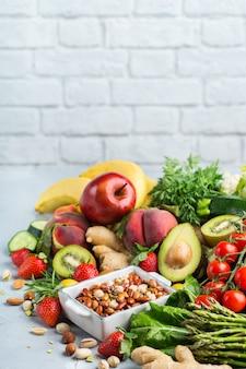 Evenwichtig voedingsconcept voor schoon etend alkalisch dieet. assortiment van gezonde voedselingrediënten voor het koken op een keukentafel. ruimte achtergrond kopiëren