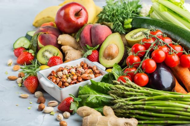 Evenwichtig voedingsconcept voor schoon etend alkalisch dieet. assortiment van gezonde voedselingrediënten voor het koken op een keukentafel