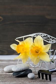 Evenwichtige kiezelstenen en gele bloemen