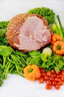 Evenwichtige maaltijdham met verse groenten. paasmaaltijd.