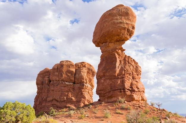 Evenwichtige rots, arches national park, utah. geologische formaties. rode rotsen. de verenigde staten van amerika