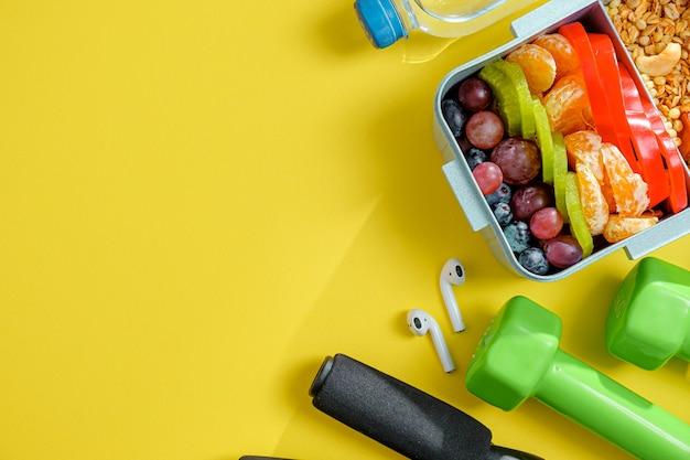 Evenwichtige sportvoeding in een lunchbox.