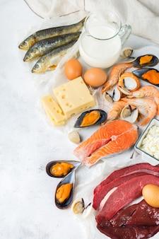 Evenwichtige voeding, gezond eten concept. voedselbronnen rijk aan vitamine b12, cobalamine op een keukentafel. bovenaanzicht plat lag achtergrond