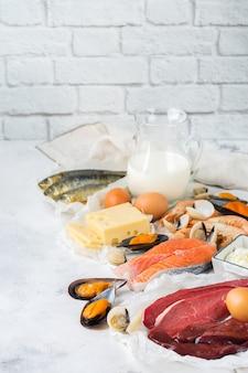 Evenwichtige voeding, gezond eten concept. voedselbronnen rijk aan vitamine b12, cobalamine op een keukentafel